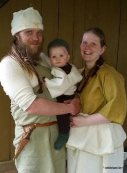 Bronsealderfamilien Hege, Olav og lille Lars / A Bronze Age family