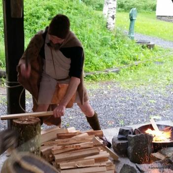 Stian bronsealdermann hugger ved / Stian chopping wood in Bronze Age costume