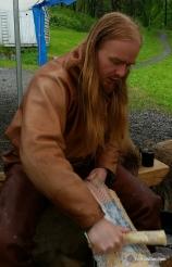Kjell Erik skrapte en mengde lakseskinn som skal garves / Kjell Erik preparing salmon skins for tanning