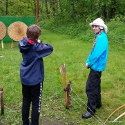 Bueinstruktørene fikk dispensasjon til å kle seg i moderne regntøy på grunn av været / The archery instructors got dispensation to dress in modern rainwear due to the extreme weather