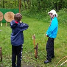 Bueinstruktørene fikk dispensasjon til å kle seg i moderne regntøy på grunn av været / The archery instructors got dispensation to dress in modern rainwear due to the extreme weather