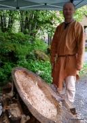 Arnstein og publikum hugget stokkebåt med ulike typer økser / Arnstein were in charge of the axes, making a log boat together with the public