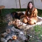 Lena og Sigvald tilbrakte mesteparten av dagen i lavvoen, med bål, spikking og mange hyggelige besøkende / Lena and Sigvald spent most of the day by the fire in the lavvo