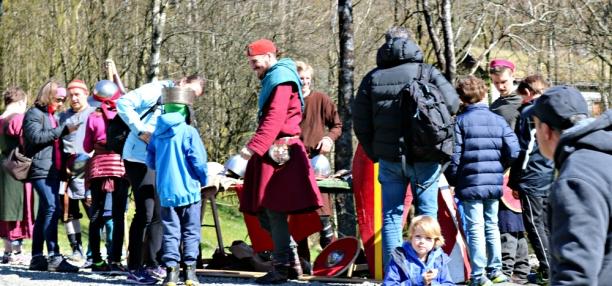 Kjekt for mange å prøve sverd og rustning / It is fun to try sword and armour