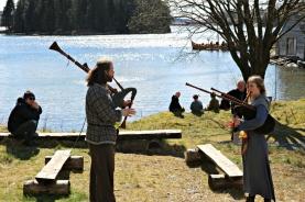 Sjøen og fjorden trekker alltid folk til seg på en fin dag, og ekstra kjekt med vikingskip på fjorden. Fint med litt stemningsskapende musikk i godværet også / Medieval music to set the mood