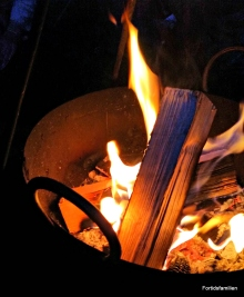 Bålkos på kveldstid / The fireplace