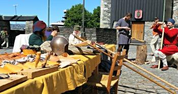 Bjørgvin handverkslag drev middelalderhåndverk i borggården på festningen. Vi viste også frem kanonene / Medieval crafting in the courtyard. We were also displaying our guns