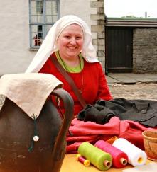 Elisabeth sydde middelalderkjole / Elisabeth was sewing a Medieval gown