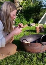 Det gjøres opp ild for å lage litt kveldsmat / Making fire before supper