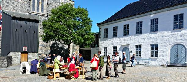 Det var statsborgerskapsseremoni i Håkonshallen denne dagen, og mange av de nye norske statsborgerene og deres familier, i tillegg til turister fikk se Bjørgvin handverkslag demonstrere gammelt håndverk og ta en prat med oss / A lot of people visited our stand