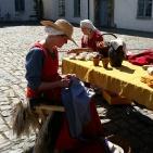 Lena syr og Randi brikkevever / Lena stitches and Randi is weaving a ribbon
