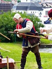 Stig lader kanonen. Salutt kl 13 og 14 / Stig charging his handgonne. Two salutes both Sunday and Saturday
