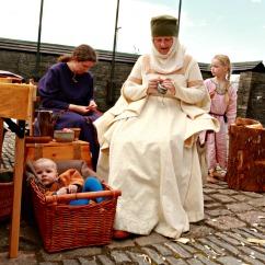 Søstrene Hege og Siri driver håndarbeid / The sisters Hege and Siri are crafting together