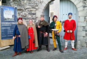 På vei inn i slottet vårt på lørdagskvelden. Vi måtte stille opp til fotografering for turistene som kom til Bergenhus festining / Entering our castle for the night