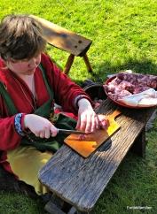 Søndag laget Elisabeth skikkelige pølser / Elisabeth made old fashioned sausages