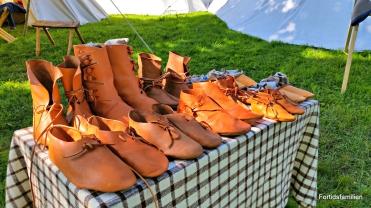 Søndag ble skoene som var igjen flyttet fra det store, til det lille bordet / By Sunday we had sold so many shoes that we had to move the rest to a smaller table