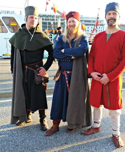 Etter endt Torgdagen i Bergen hoppet vi i middelalderantrekk og ruslet i byn sammen med gjengen vår / Haning out with our gang Saturday evening