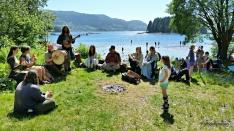 Virelai spilte vakker middelaldermusikk, og flyttet seg rundt på området. Fanafjorden fristet mange til å kjøle seg ned / The Danish Medieval music ensemble Virelai in front, with view over the beach.