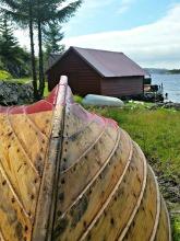 Båten måtte tørke opp etter oljing og smøring / Finished oiling and painting