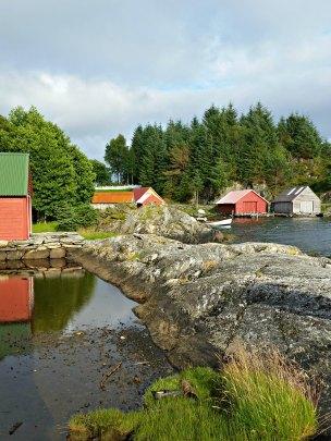 Viken på Eikeland ligger fint til og det gamle naustmiljøet er intakt og i grei stand / The old boat houses of the Eikeland hamlet