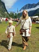 Far og sønn på marked / Father and son at the market