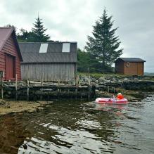 Sigvald leker i gummibåt / Sigvald paddling