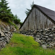 Nydelig tørrmurer i bygninger og vei / Stone boat house and old road