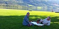 Kjøpepizza på marken ved Vangsvatnet på Voss / Pizza picnic by the lake at Voss