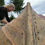 Vi pusset og skrapet ned båt, og fjernet lakk og bunnsmøring / Scraping varnish and antifouling
