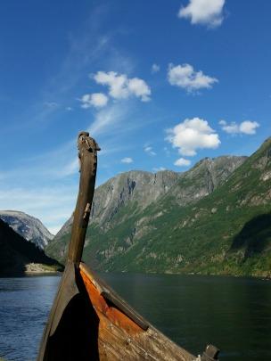 Vikingskip i opplag på land, men pent likevel / A worn out viking ship on land, but still a pretty sight