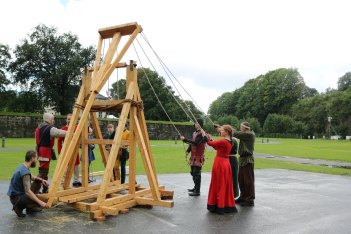 Kastemaskinen Magnus er klar til aksjon / The trebuchet Magnus ready for action