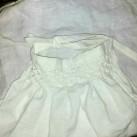 Linningen gikk ut i knytesnorer til sløyfe på ryggen / The waistband ended in cords to tie at the back