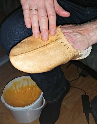Smøring av sko / Greasing shoes