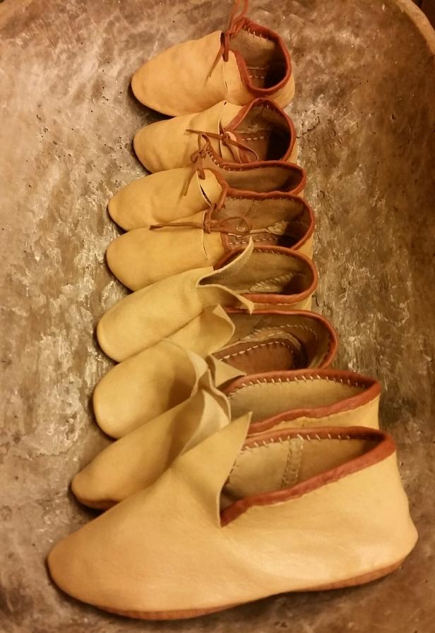 Små og mindre sko, to par av hver. Det er forresten en krevende jobb å sy på alle kantbåndene / Lots of small shoes, four pairs in different sizes