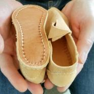 Før vrenging. Selv på små barnesko er det mye søm / Before turning. Even small shoes have a lot of stitches