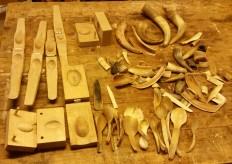 Former, horn, halvfabrikater og skjeer / Moulds, horn, semi-finished and finished spoons