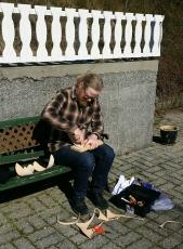Espen lager vikingsko i påskesolen / Making Viking shoes in the Easter sun