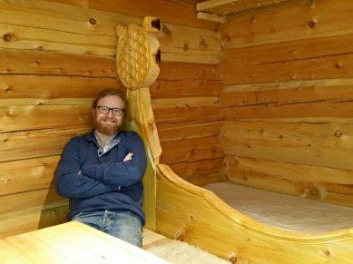 Espen slapper av i gjesteloftet / Espen relaxing in the guest loft