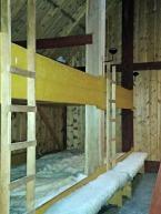 Langhuset kan også brukes til leirskole. Elevene sover på flatseng / The long house also hosts pupils at camp school