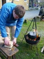 Horn blir varmet i vann og lagt i press / Heating and shaping of horn by pressure