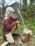 Øksetekknikken utvikles stadig, og med håndøksen sin kan han lage for eksempel juletre... / Sigvald is making... eh... something.