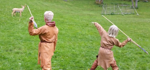 Tøffe gutter kaster spyd med kastetre / Savage boys with atl-atls.