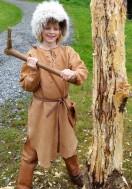 Steinaldergutten lar seg begeistre av en bronseøks / The Stone Age boy tries out a bronze axe
