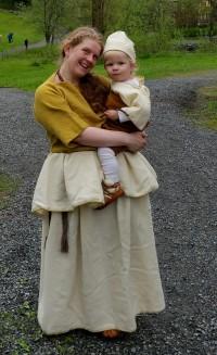 Lille Lars sjarmerte publikum i Sigvalds gamle bronsealderdrakt / Little Lars was charming in Sigvald's old Bronze Age outfit