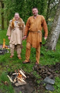 Elisabeht og Stein foran kokegropene / The cooking pits