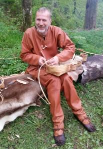 Tor Kåre flettet blant annet neverkurver / Tor Kåre making a birch bark basket