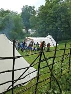 En gruppe barn som nettopp har lekt sverdkamp / A group of children just finished with a (play)sword battle