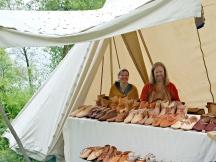Lena og Espen selger sko, både vikingtid og middelalder / Selling shoes, both Viking and Medieval types