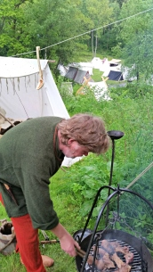 Ole Mikal steiker lammekjøtt på grillristen / Ole Mikal roasting mutton