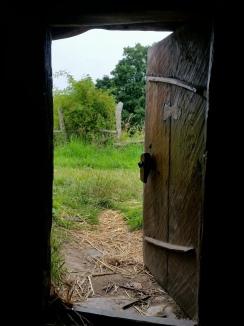 En av de ekstremt lave dørene / One of the extremely low doors